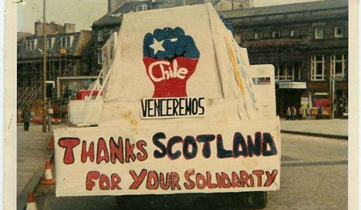 A photo of Chilean protestors thanking the Scots for their solidarity.